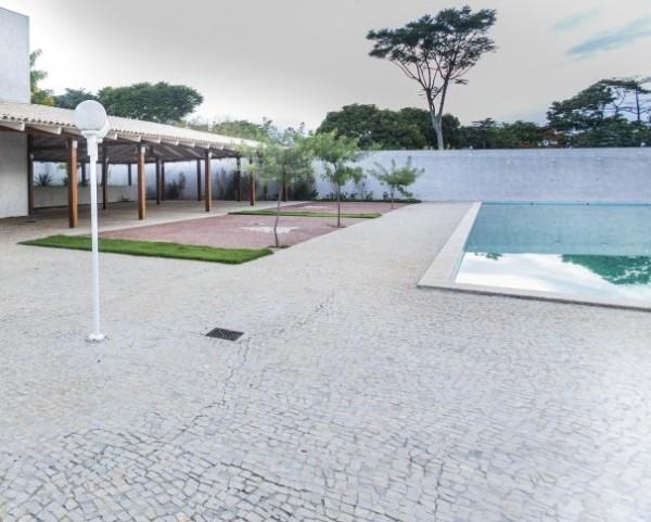 piso pedra portuguesa piscina