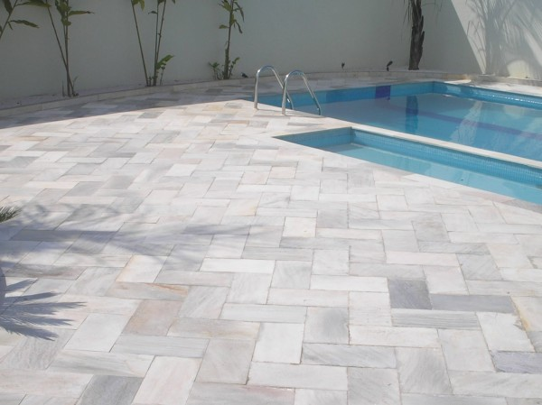 piso piscina pedra mineira mesclada
