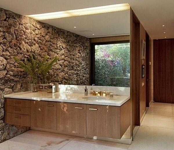 banheiro com pedra na parede