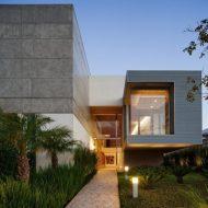 Casa com fachada de concreto aparente (1152m²)