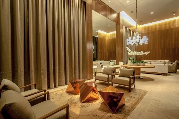 sala pe direito alto parede madeira espelho cortina lustre cristal