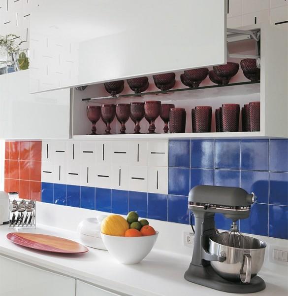 cozinha com azulejo colorido na parede