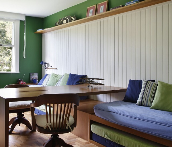 quarto adolescente cama na parede azul e verde