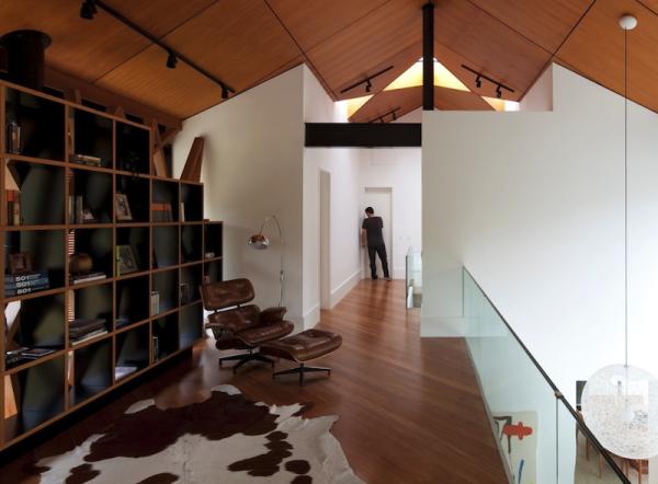 corredor estante poltrona charles eames teto inclinado madeira