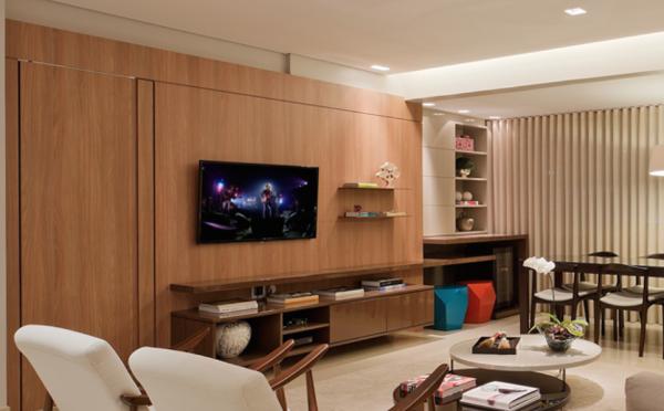 estantes de tv com painel de madeira assim eu gosto