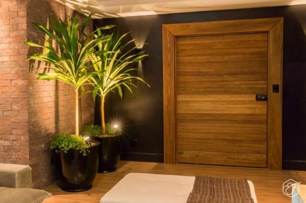 hall entrada porta madeira demolicao parede tijolo aparente vaso vietnamita