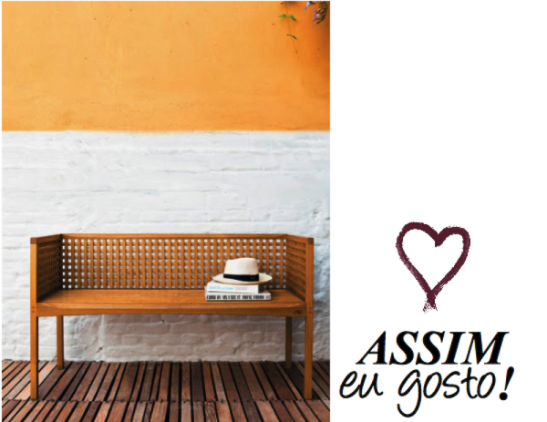 parede tijolo aparente branco e tinta amarela banco madeira