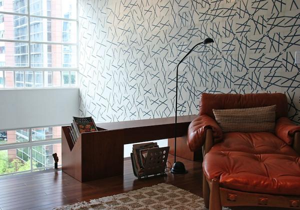 poltrona mole caramelo papel de parede estampa geometrica banco tora de madeira