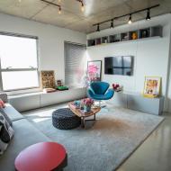 Apartamento pequeno com decoração despojada e estilo industrial