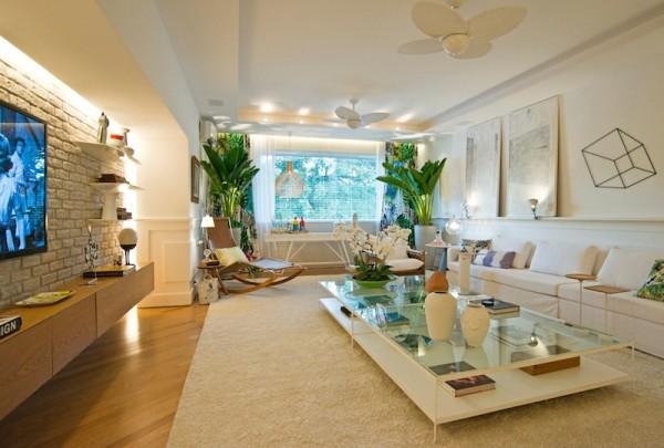 sala tv parede tijolo aparente rasgo iluminacao decoracao cores claras piso  madeira 2d08b6106327c