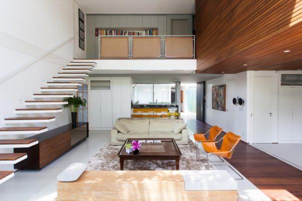 escada aberta com degraus soltos estrutura metalica e madeira