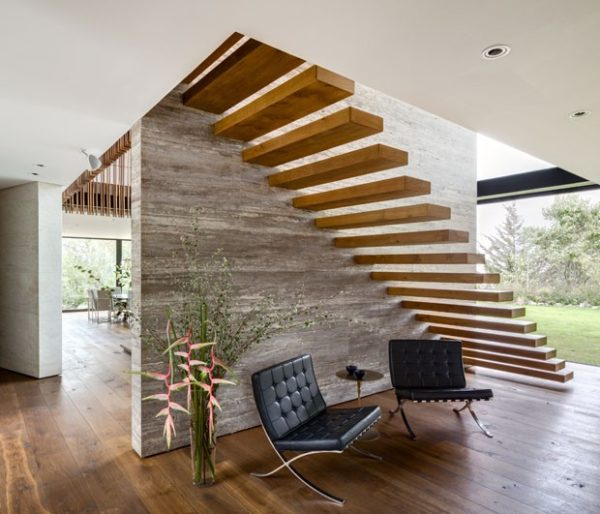 escada com degraus de madeira em balanco soltos