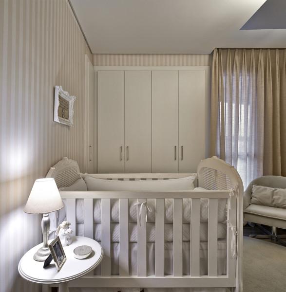 quarto de bebe branco e bege classico com papel de parede listrado 2