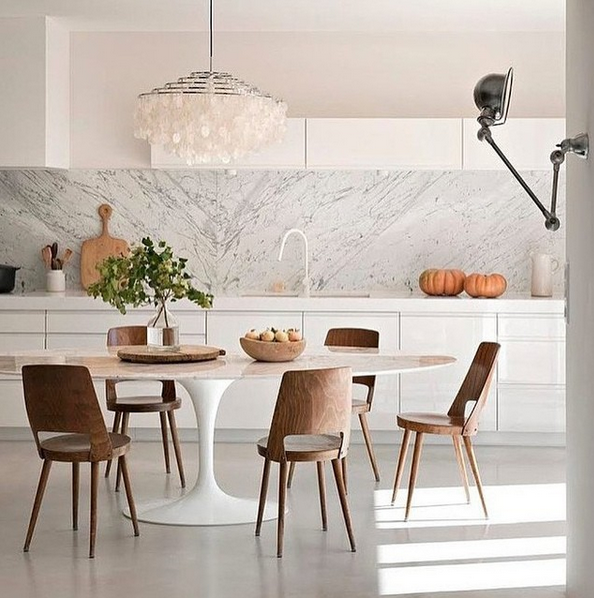 cozinha branca mesa saarinen marmore carrara