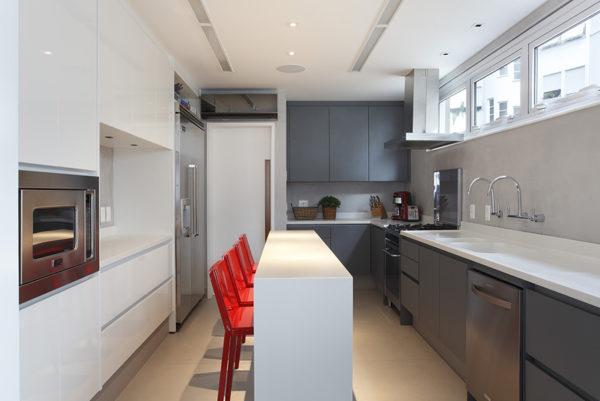 cozinha com bancada estreita ilha central