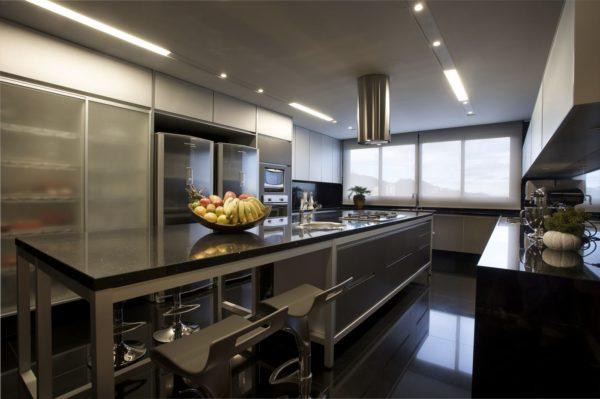 cozinha grande com ilha bancada e piso granito preto