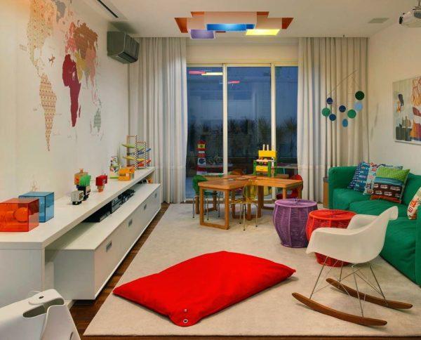 sala de tv com brinquedoteca decoracao despojada com cores fortes