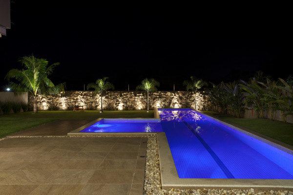 casa com muro de pedra e iluminacao