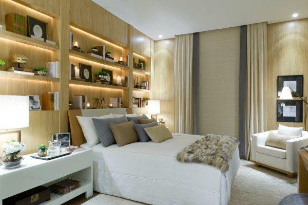 estante madeira com iluminacao quarto casal