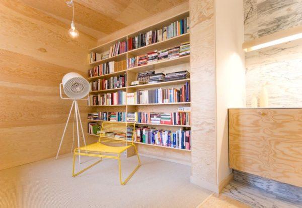 painel estante madeira clara assim eu gosto cadeira amarela