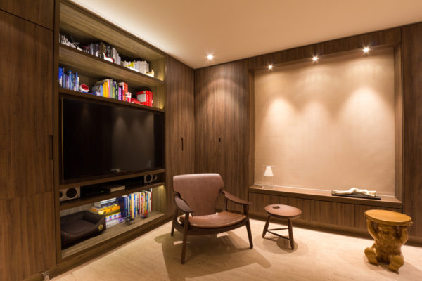 apartamento pequeno multifuncional com armarios disfarcados