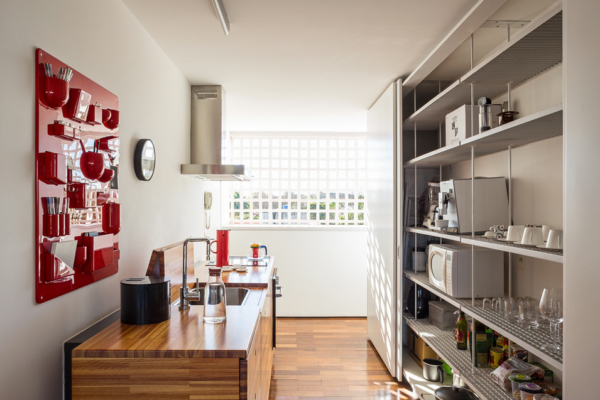 cozinha moderna aberta prateleira inox estante vazada bancada madeira