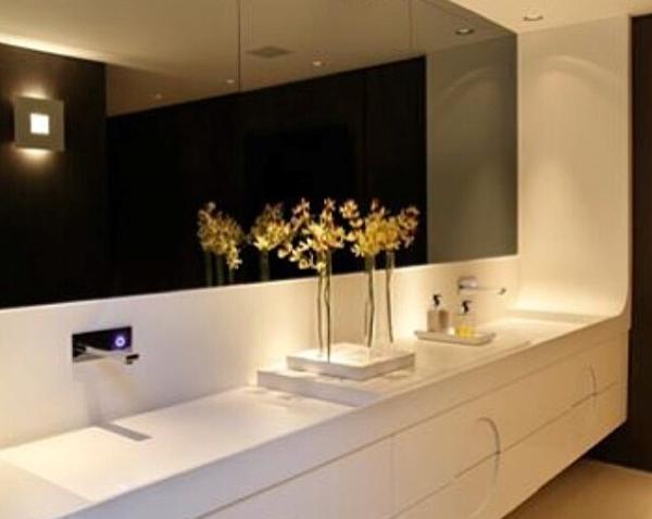 banheiro branco e preto torneira parede espelho bronze