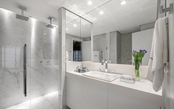 banheiro branco em marmore carrara dois chuveiros