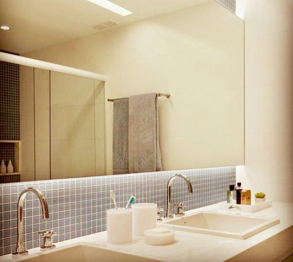banheiro casal parede pastilha vidro cinza