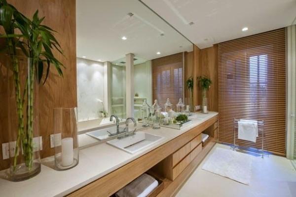 banheiro de casal com madeira debora aguiar