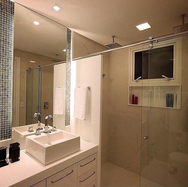 banheiro pequeno ducha teto iluminacao embutida