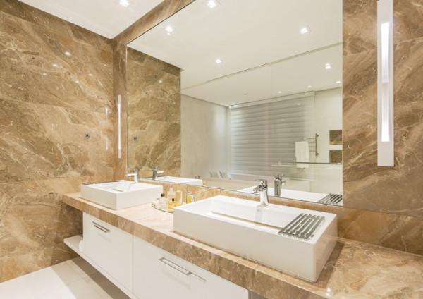 banheiros branco e bege