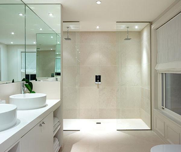 banheiros com dois chuveiros no teto