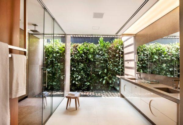 banheiro casal luxo arejado iluminacao natural jardim marmore capuccino