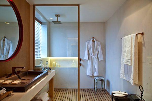 banheiro moderno masculino ducha teto piso madeira