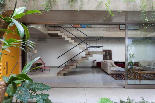 casa moderna com escada de concreto aparente