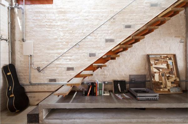 escada com degrau aparador e madeira