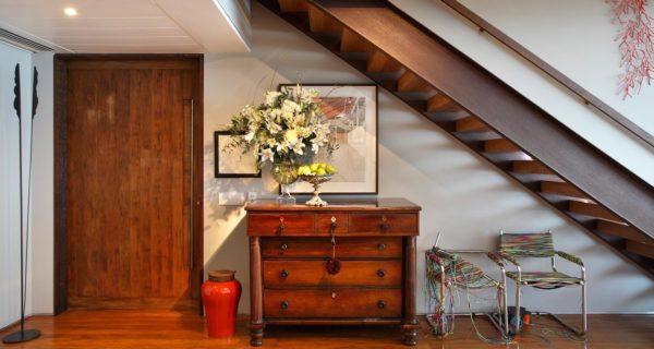 escada com vigas metalicas e degraus de madeira