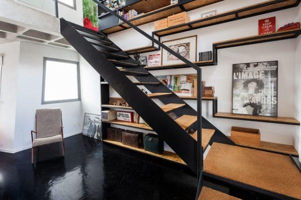 escada de estrutura metalica com degraus de madeira