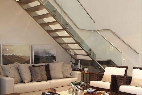 escada leve com estrutura de aco inox e guarda corpo de vidro